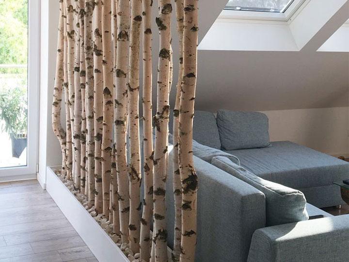esempio di divisorio interno con tronchi di betulla